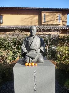 ▲なぜかみかんがお供えされてる吉田松陰先生の像