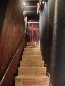 ▲細い階段を登って店内に入店